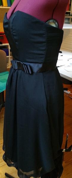 Coudre un nœud sur la ceinture d'une robe