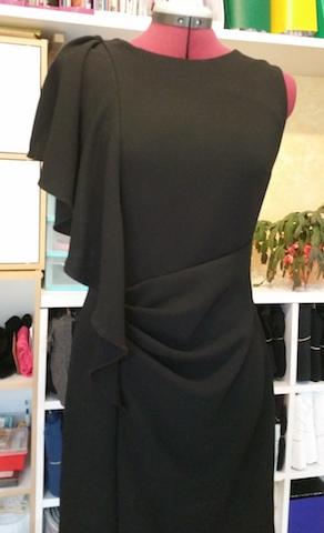 Créez des drapés en cascade sur une robe fourreau