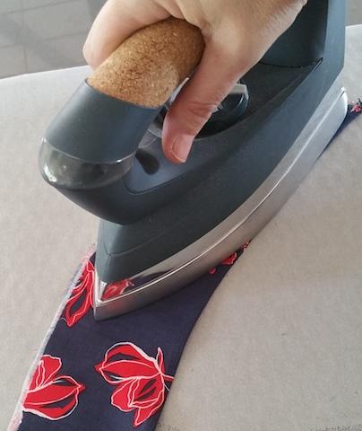 Repasser l'empiècement de hanche de la jupe