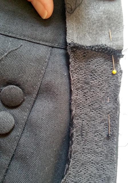 Assemblage des bandes sur les côtés de la jupe