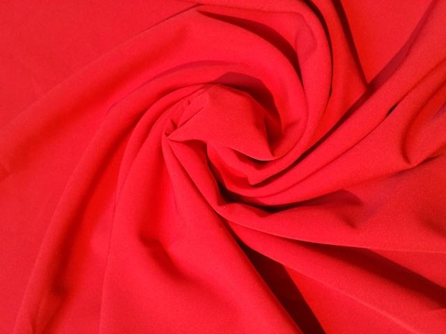 Choisir un tissu stretch rouge pour robe