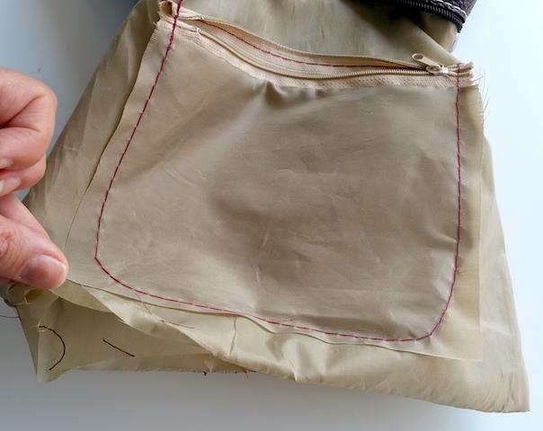 Découdre le fond de la doublure du sac